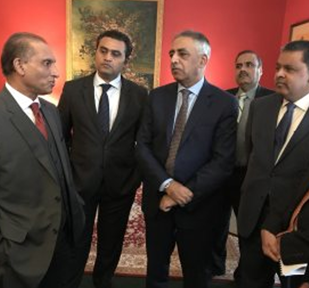 Amb.-Aizaz-Chaudhry-talking-to-the-members-of-an-Investment-delegation-from-Pakistan