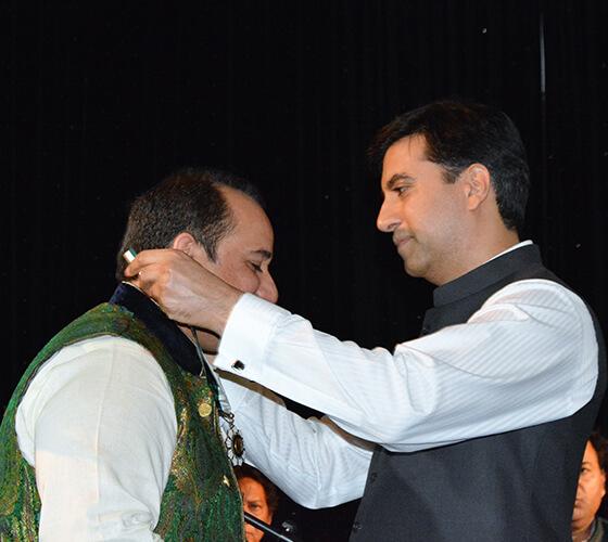 Ambassador-Ali-J.-Siddiqui-decorated-Ustad-Rahat-Fateh-Ali-Khan